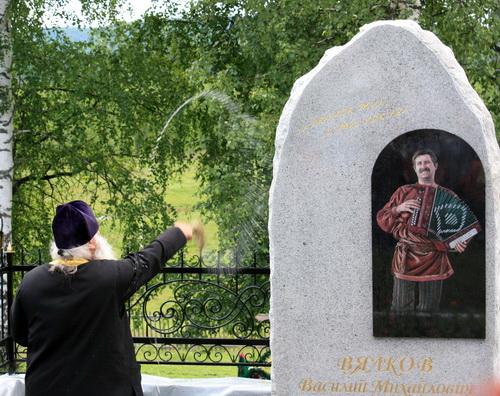 Отец Сергей освятил памятник
