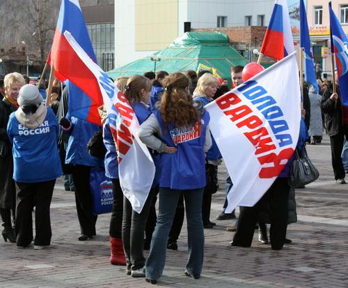 Единороссы и молодогвардейцы пришли на митинг в своей форменной одежде…