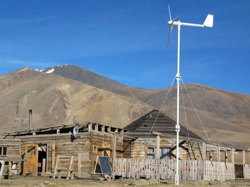 У Тархатинского озера установили ветроэлектростанцию