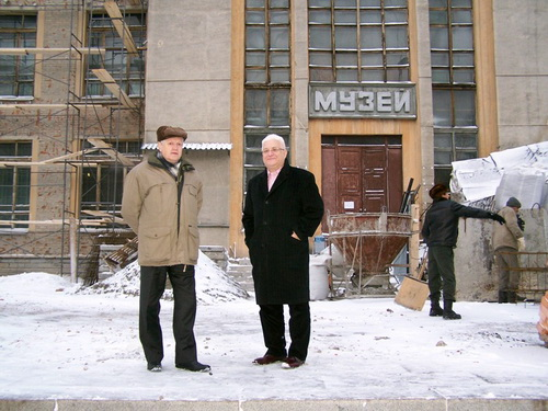 Академики Асеев и Эпов перед фасадом старого здания музея в Горно-Алтайске