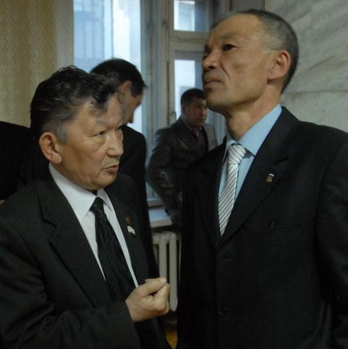 Рашид Атажанов (справа) указал Николаю Чеконову на недопустимость недостойного поведения