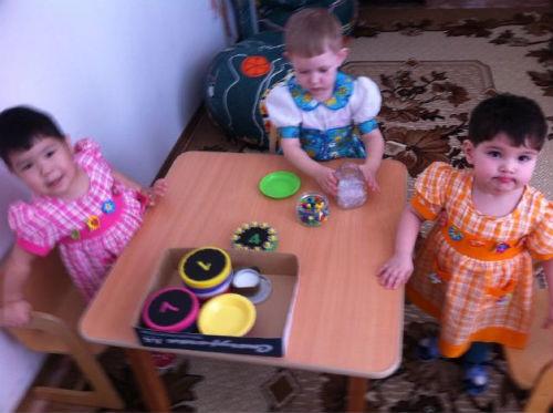 «Мы с девочками сложили цветочки из мозаики, получилось красиво». Фото из твиттера Павла Астахова