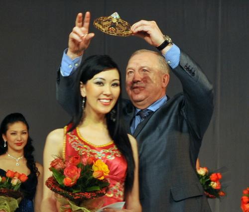 Корону принцессе вручил вице-премьер Роберт Пальталлер