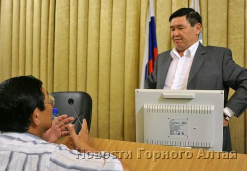 Вел заседание депутат-коммунист Александр Манзыров