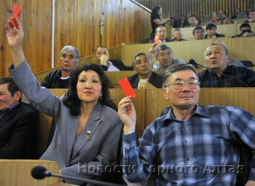 Певица Раиса Модорова (слева) призывала голосовать за своего супруга Вячеслава Ядаганова (справа), но он получил поддержку лишь 12 делегатов