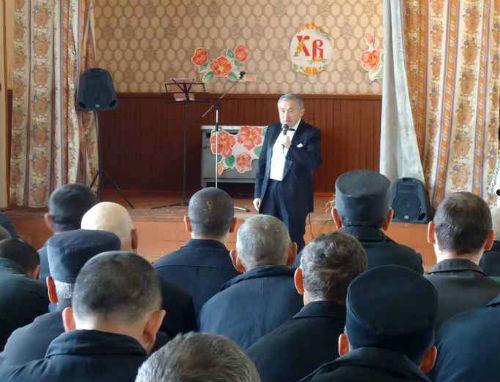 Николай Майманов выступает перед заключенными