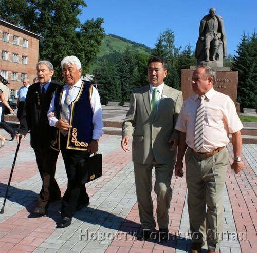 Представители власти и общественности возложили цветы к памятнику Григория Чорос-Гуркина