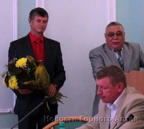 Сергей Денчик получил грамоту и цветы