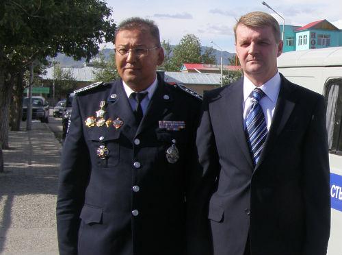 Министр внутренних дел Республики Алтай Александр Удовенко (слева) и начальник полиции Баян-Ульгийского аймака Т. Бакыт