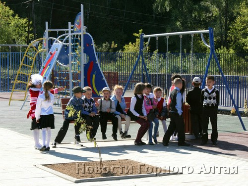В Горно-Алтайске построили новый детский городок
