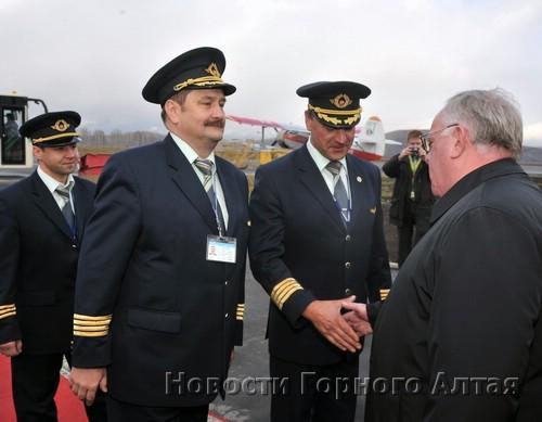 Членов экипажа приветствует глава республики Александр Бердников…