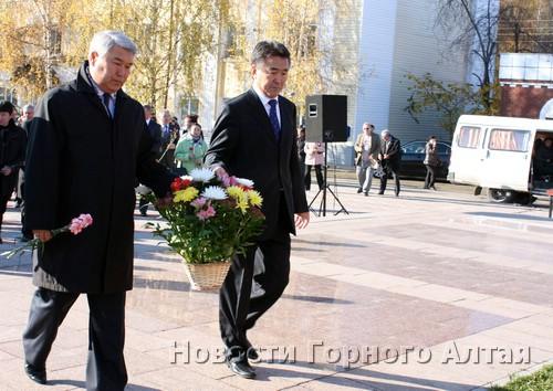 Возложение цветов к памятнику Гуркину