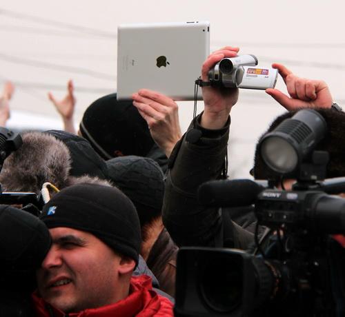 Не только в Москве, но и в Красноярске iPad стал приметой протестного митинга. Фото Василия Дамова
