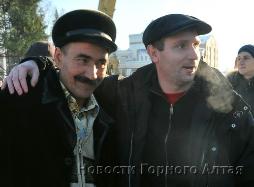 Молодогвардеец Александр Потапов (обнимает активиста ЛДПР Федора Ваганова) демонстрировал дружелюбие…