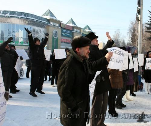 «Прогрессивная общественность» радостно приветствует городских чиновников, выглядывающих из окна мэрии