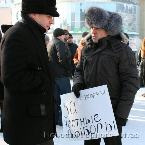 Депутат-единоросс Александр Шефер (справа) сначала призвал всех прийти на митинг 4 февраля…