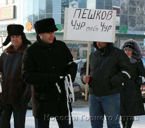 Михаил Лазарев раздавал белые ленты
