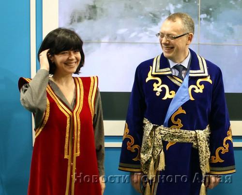 Майю Ломидзе и Александра Радькова нарядили в традиционные алтайские одежды