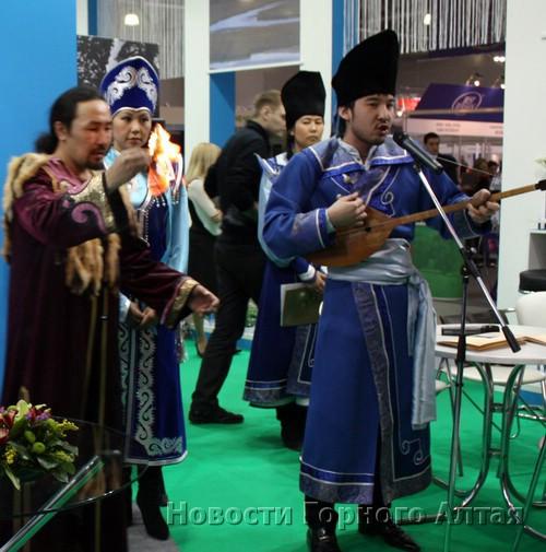 В выставке принимают участие не только бизнесмены, но и деятели культуры...