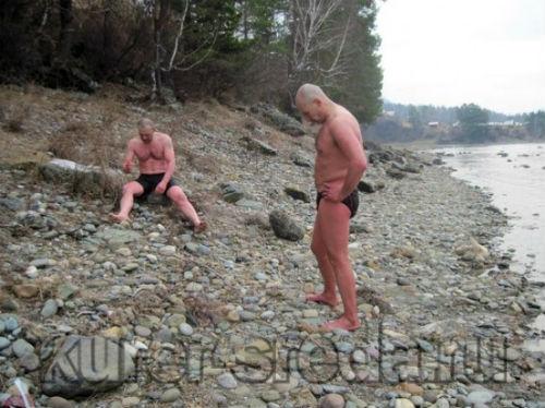 Жители Бердска переплыли ледяную Катунь