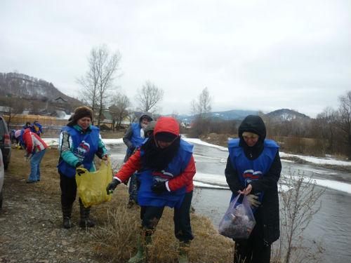 Единороссы собрали пять мешков мусора