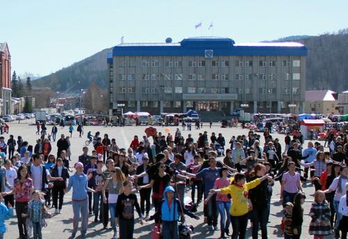 Около 250 человек приняли участие в фитнес-разминке