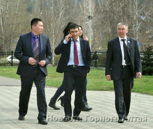Леонид Ефимов (слева) повел «молодых тигров» курсом «Единой России»