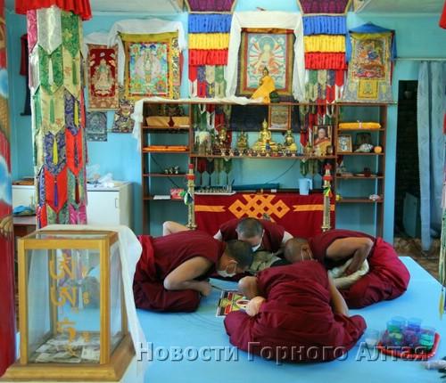 Тибетские монахи строят мандалу в Горно-Алтайске