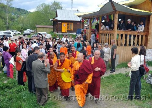 В церемонии приняли участие около сотни человек