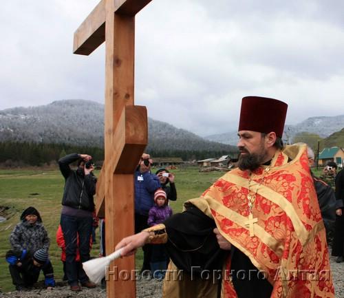 А пока Георгий Балакин провел обряд освящения креста на месте строительства часовни