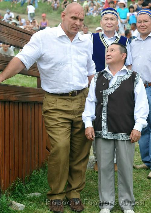 Гость праздника Александр Карелин и депутат Госсобрания, борец Иван Самтаев
