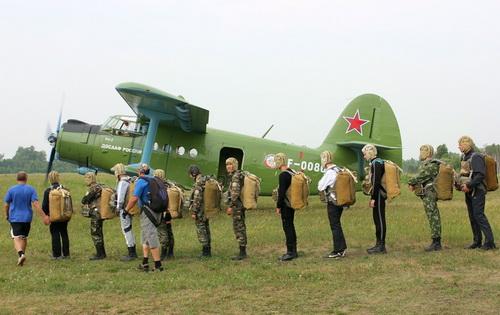 19 ребят из Горно-Алтайска прыгнули с парашютами