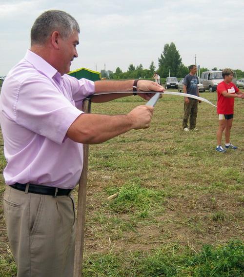 Сергей Огнев лично покосил траву