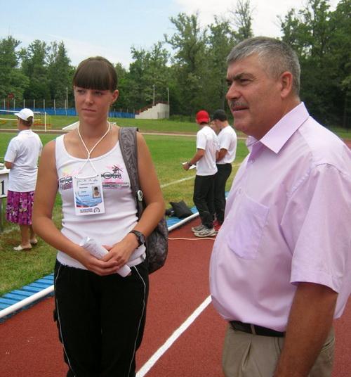 Победительница конкурса дояров Юлия Морозова с министром сельского хозяйства Сергеем Огневым