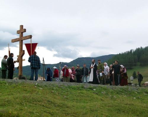 У поклонного креста в Топучей