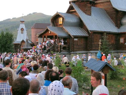 Поклонение мощам Николая Угодника в Свято-Макарьевской церкви Горно-Алтайска