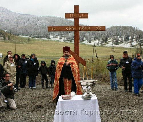 Освящение поклонного креста в Топучей в мае 2012 года