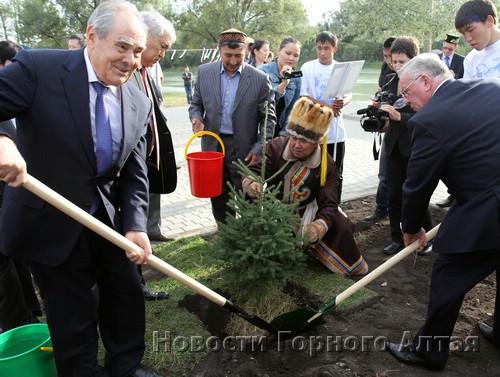 … и посадил в нем первое деревце