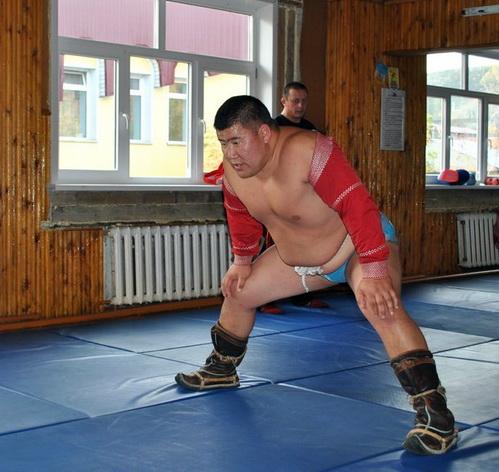 Монгольский борец обучает алтайских спортсменов «танцу орла»