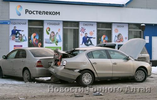 В результате ДТП Volkswagen Passat развернуло и он столкнулся с припаркованными Honda CR-V и Toyota Corolla