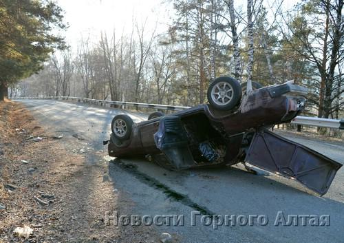 Водитель не справился с управлением и опрокинул автомобиль