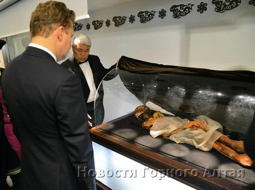 Теперь мумию показывают высоким гостям в Горно-Алтайске