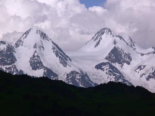 Такой видят Белуху из Казахстана. Фото panoramio.com