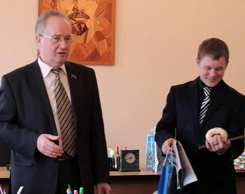 Виталий Сурбашев (справа) прошел курс молодого бойца информационных войн