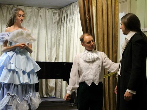 Депутат Михаил Паклин (в центре) сыграл графа Лудовико
