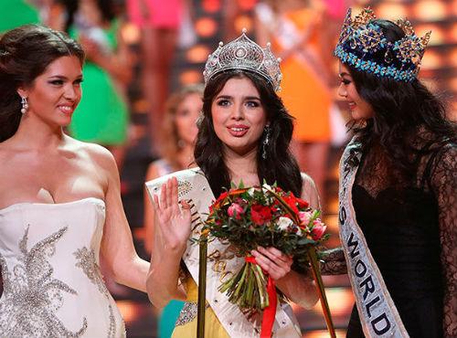 «Мисс Россия» Эльмира Абдразакова (в центре). Фото SmartNews