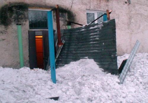 Глыба снега, рухнувшая с крыши, едва не травмировала школьников