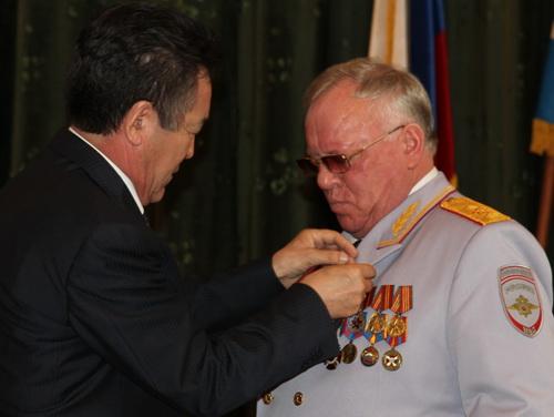 Иван Белеков наградил юбиляра медалью Госсобрания