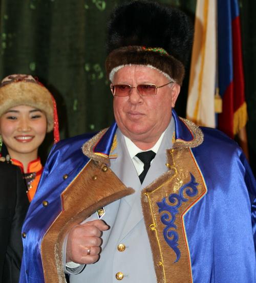 Не обошлось и без традиционного подарка – алтайского национального халата и шапки