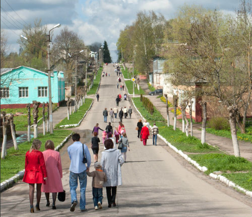 Жители города Духовщина идут на празднование Дня Победы. Фото Panoramio.com
